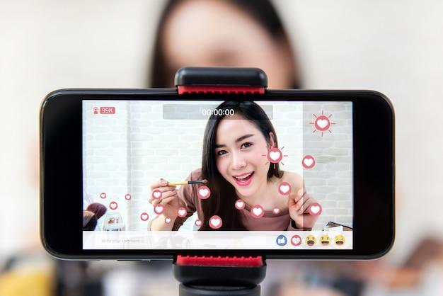 Asiatinschönheit vlogger, die make-uptutorialvideo auf social media teilt Premium Fotos