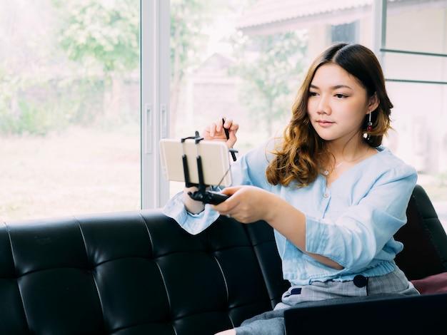 Asiatinselbststudie elektronisch, zu hause lernend. Premium Fotos
