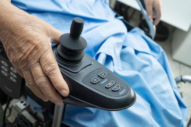 Asiatische ältere oder ältere alte frau frau patient auf elektrorollstuhl mit fernbedienung an der krankenstation, gesundes starkes medizinisches konzept Premium Fotos