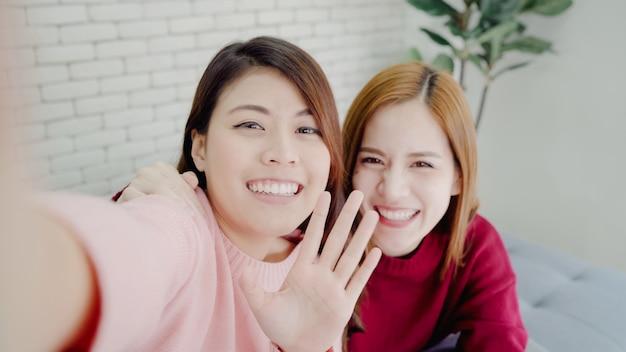 Asiatische bloggerfrauen, die smartphone selfie verwenden und vlog video im wohnzimmer zu hause aufnehmen Kostenlose Fotos