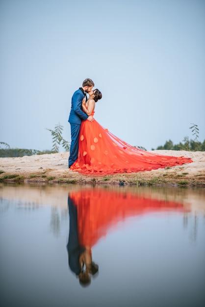 Asiatische braut und kaukasischer bräutigam haben romantische zeit und glücklich zusammen Kostenlose Fotos