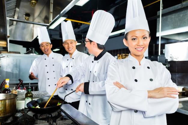 Asiatische chefs in der hotelrestaurantküche Premium Fotos