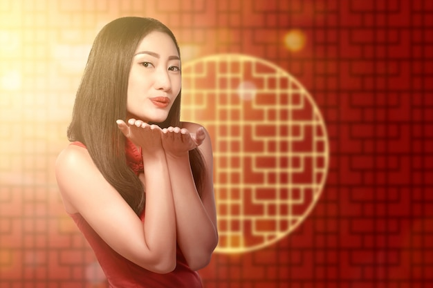Asiatische chinesin in einem cheongsam kleid feiert chinesisches neujahrsfest Premium Fotos