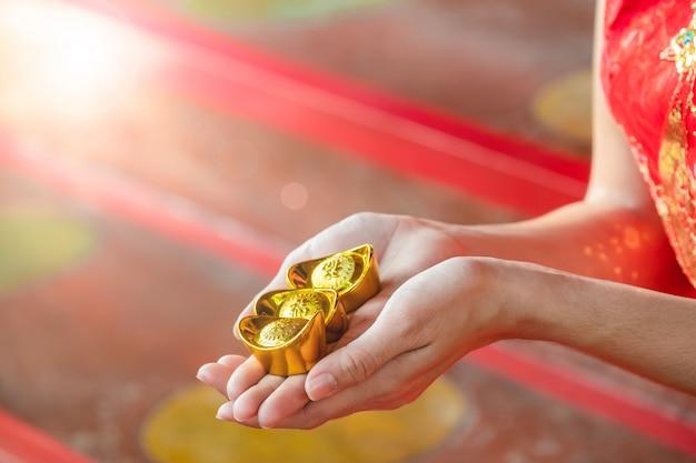 Asiatische chinesische frau im chinesischen geld des traditionellen chinesen im chinesischen tempel Premium Fotos