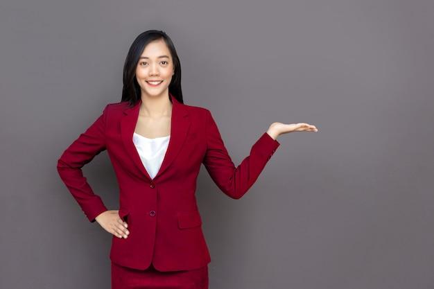 Asiatische dame mit geschäftsuniformsuite Premium Fotos