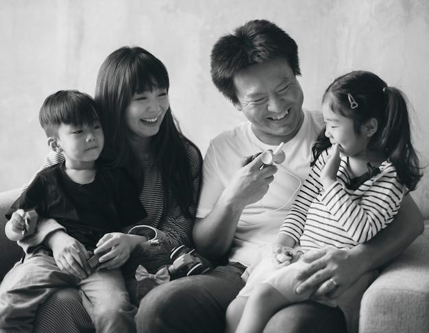 Asiatische familienglückzusammengehörigkeit zu hause Kostenlose Fotos