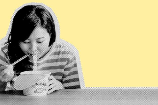 Asiatische frau, die instantnudeln während der coronavirus-quarantäne isst Kostenlose Fotos
