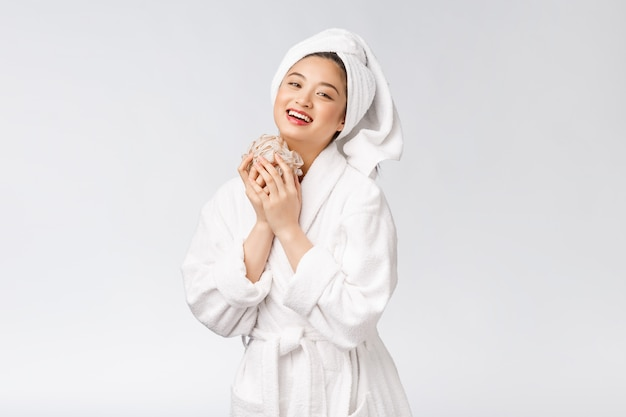 Asiatische frau, die mit dem duschstudio-konzept glücklich ist Premium Fotos