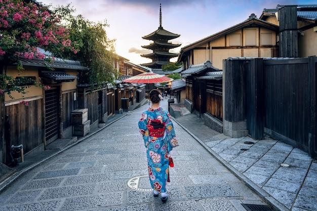 Asiatische frau, die traditionellen japanischen kimono an der yasaka-pagode und an der sannen-zaka-straße in kyoto, japan trägt. Kostenlose Fotos