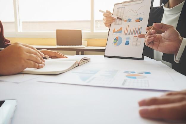 Asiatische frau manager setzen ihre ideen und schreiben business-plan am arbeitsplatz, machen notizen in dokumenten auf dem tisch im büro, vintage-farbe, tiefenschärfe. geschäftskonzept. Premium Fotos