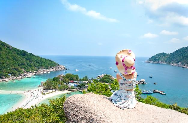 Asiatische frau sitzt auf stein in amazing view point in nangyuan island. Kostenlose Fotos