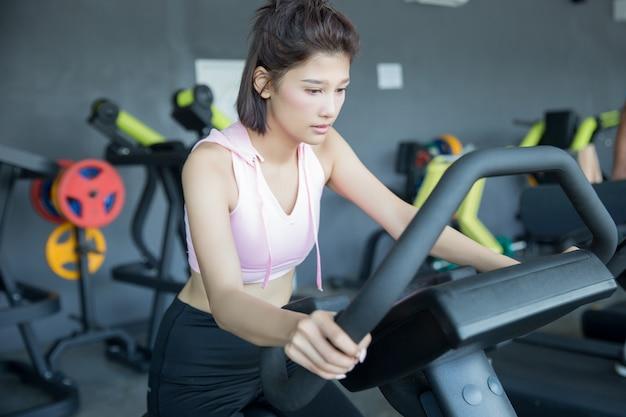 Asiatische frau spielen fitness im fitnessstudio Kostenlose Fotos