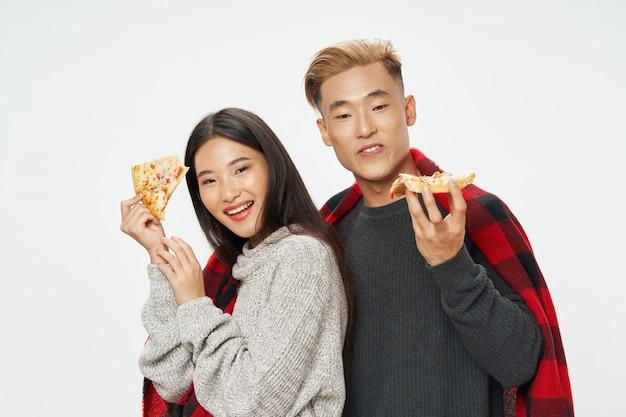 Asiatische frau und mann auf hellem farbraum, der modell zusammen aufwirft Premium Fotos