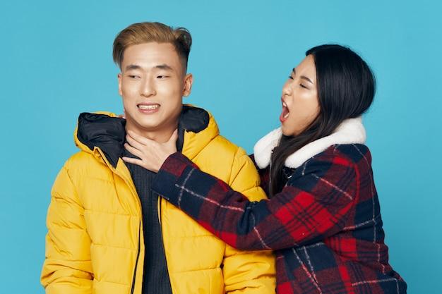 Asiatische frau und manposing modell zusammen Premium Fotos