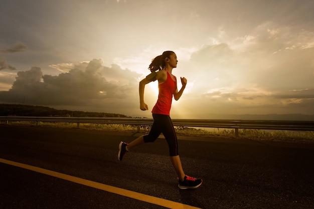 Asiatische frauen joggten am morgen. und hört musik beim laufen Premium Fotos