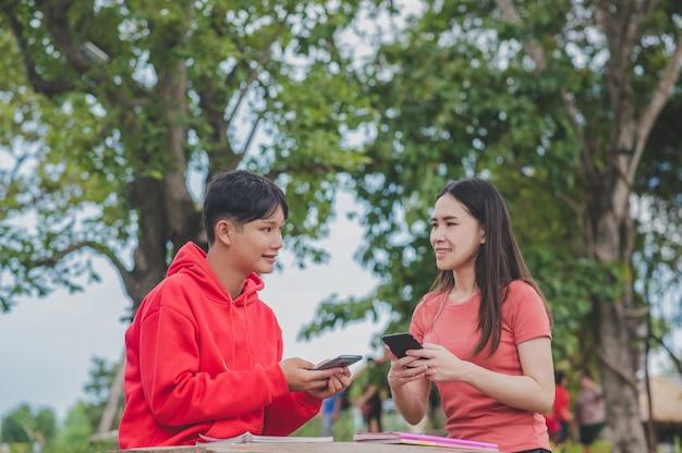 Asiatische frauen mit lady boy lgbt verwenden mobile smartphone-such-lernstudienklasse online-technologie, back to school education-konzept Premium Fotos