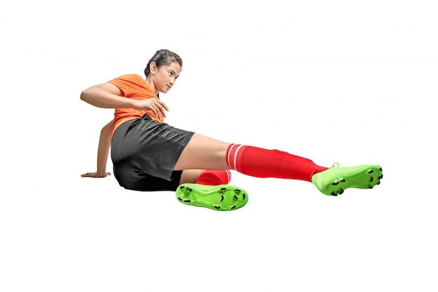 Asiatische fußballspielerfrau auf dem schieben von gerätposition Premium Fotos