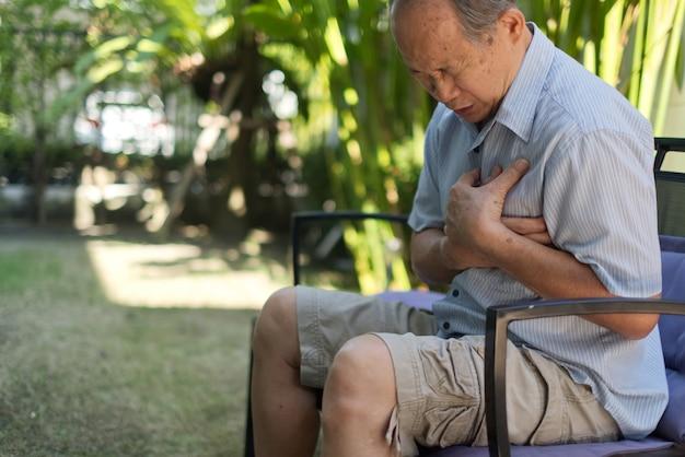 Asiatische gefühlsschmerzen des älteren mannes, die unter herzinfarkt leiden. Premium Fotos