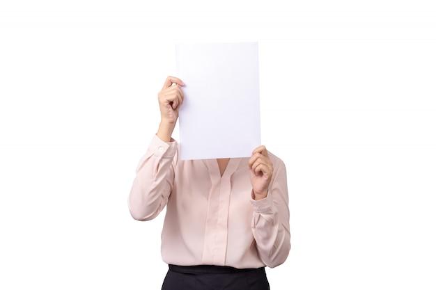 Asiatische geschäftsfrau bedecken ihr gesicht mit leerem leerem weißbuch für das fellgefühl, das auf weißem hintergrund lokalisiert wird Premium Fotos