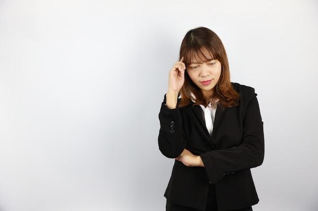 Asiatische geschäftsfrau, die etwas mit überzeugtem gesicht auf weiß denkt Premium Fotos