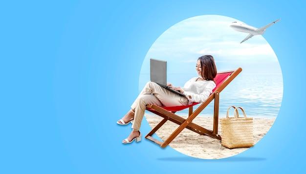 Asiatische geschäftsfrau, die mit dem laptop sitzt im strandstuhl arbeitet Premium Fotos
