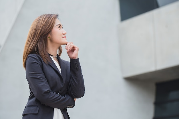 Asiatische geschäftsfrauen beim denken mit dem zukünftigen schauenden konzept der vision Premium Fotos