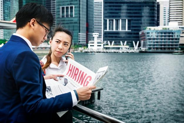 Asiatische geschäftsleute in einer stadt, die zusammenarbeitet Kostenlose Fotos