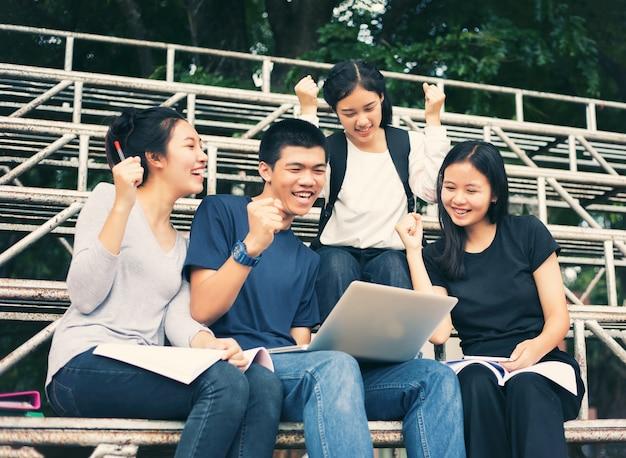 Asiatische gruppe von studenten erfolg und gewinnendes konzept - glückliches team mit den angehobenen oben händen, die t feiern Premium Fotos