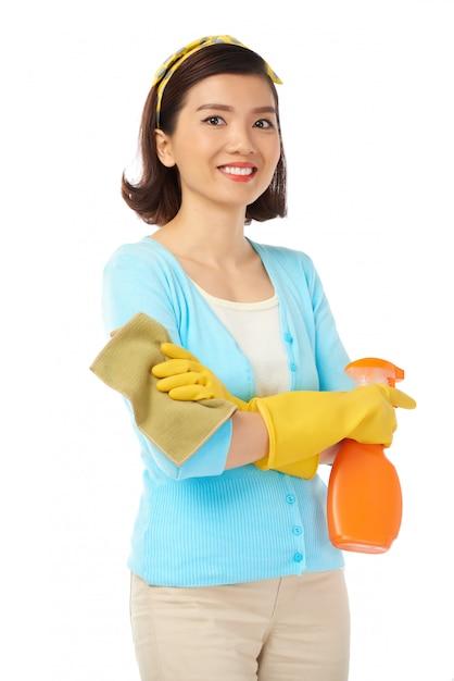 Asiatische hausfrau mit offenem lächeln   Kostenlose Foto