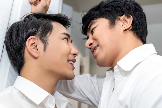 Asiatische homosexuelle paare in der liebe, die einander augen untersucht Premium Fotos