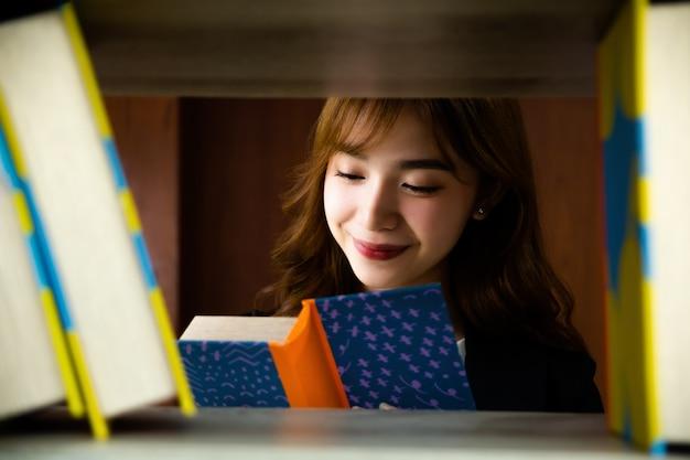 Asiatische hübsche frau in der bibliothek Kostenlose Fotos