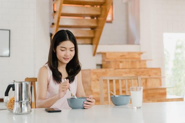 Asiatische japanische frau frühstückt zu hause Kostenlose Fotos