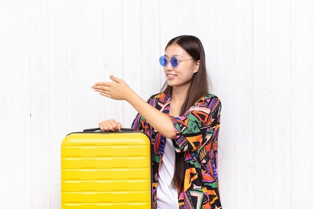 Asiatische junge frau lächelt, begrüßt sie und bietet einen handschlag an, um ein erfolgreiches geschäft, kooperationskonzept abzuschließen Premium Fotos