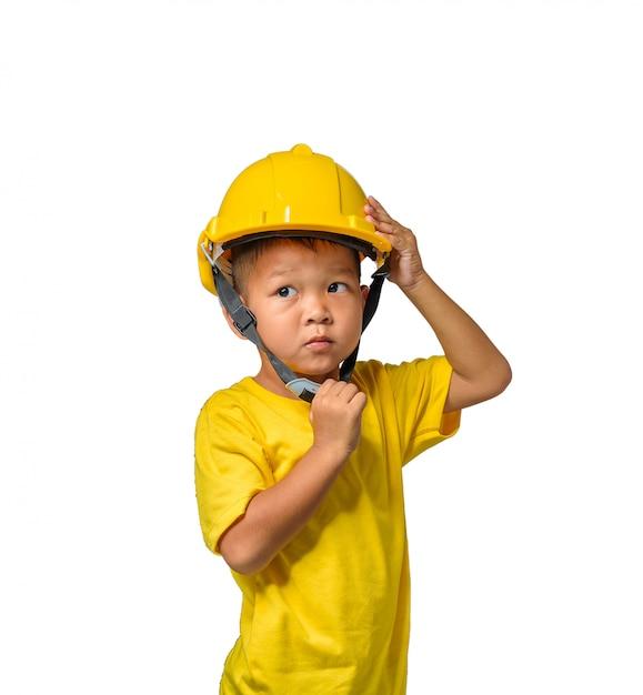 Asiatische kinder, die schutzhelm und das lächeln lokalisiert auf weiß tragen Premium Fotos