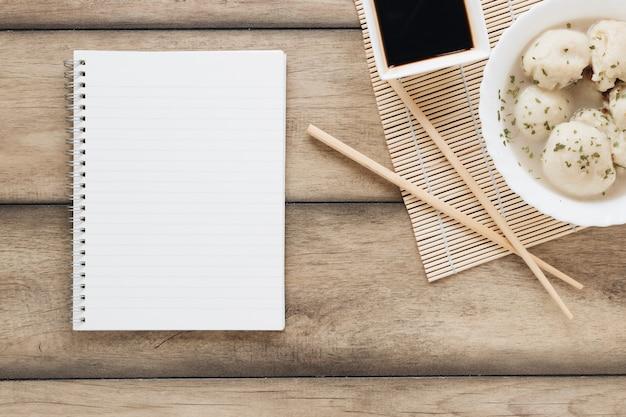 Asiatische lebensmittelzusammensetzung der flachen lage mit notizbuch Kostenlose Fotos
