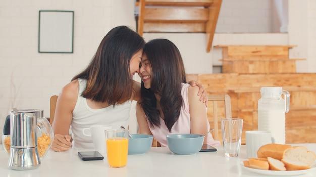 Asiatische lesbische lgbtq-frauenpaare frühstücken zu hause Kostenlose Fotos