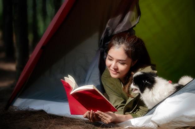 Asiatische leute, die mit zelt im wald wandern und während des sommers bei sonnenuntergang kampieren. Premium Fotos