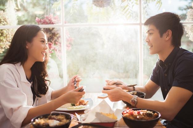 Asiatische leute, die morgens im restaurant essen. Premium Fotos