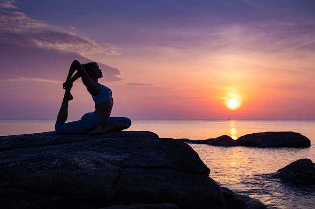 Asiatische mädchen praxis yoga am strand sunrise morgentag Premium Fotos