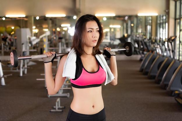 Asiatische mädchen trainieren im fitnessstudio. Premium Fotos