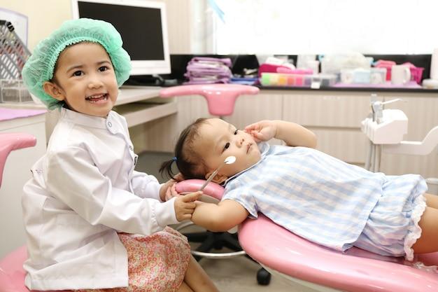 Asiatische mädchengruppe benutzen zahnarztausrüstung, um zahn für zahnschmerzen und gutes gesundes zu säubern Premium Fotos