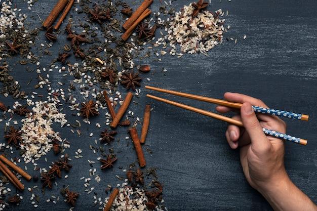 Asiatische matcha teebestandteile der draufsicht mit essstäbchen Kostenlose Fotos