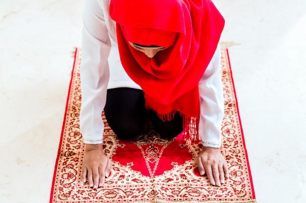 Asiatische muslimische betende frau Premium Fotos