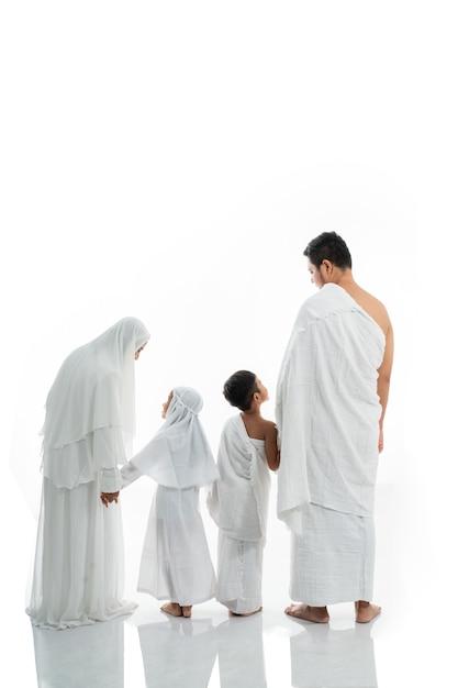 Asiatische muslimische familie hadsch schoss von hinten Premium Fotos