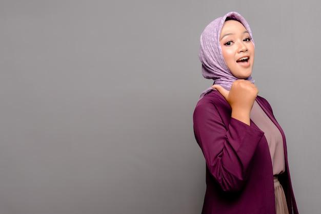 Asiatische muslimische frau mit hijab Premium Fotos