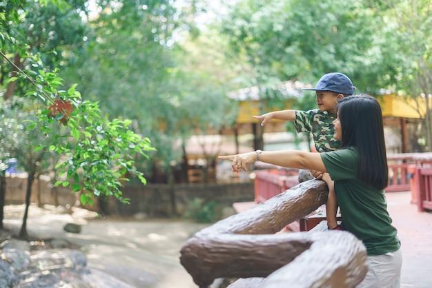 Asiatische mutter, die einen zoo mit ihrem sohn besucht Premium Fotos