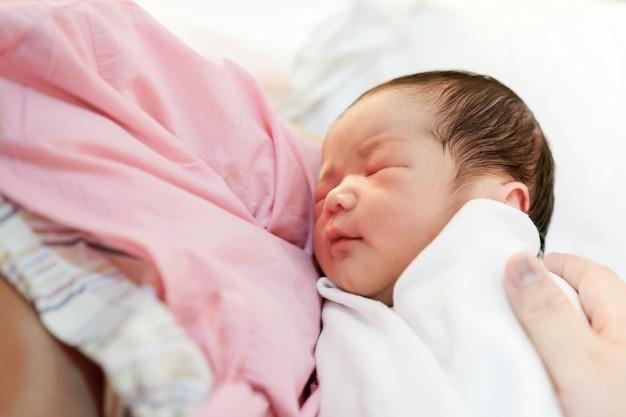 Asiatische mutter mit neugeborenem baby im krankenhaus Premium Fotos