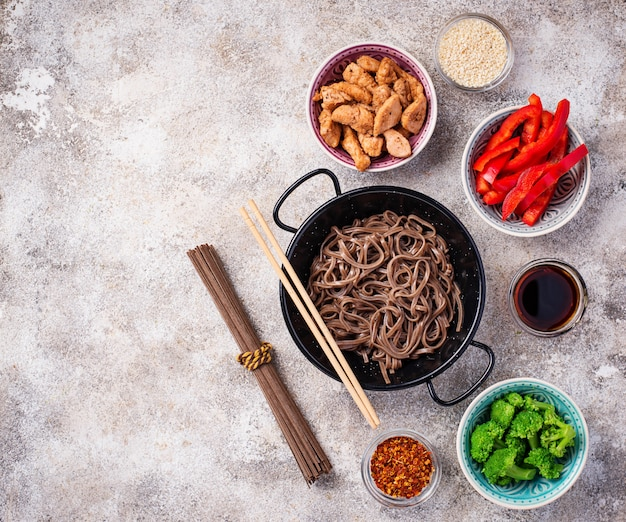 Asiatische nudeln soba mit verschiedenen zutaten Premium Fotos