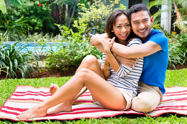 Asiatische paare im freien im garten Premium Fotos
