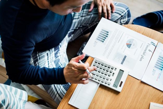 Asiatische paarplanung für die investition Premium Fotos